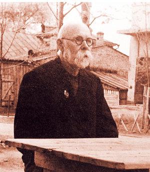Дедушка Заломов убедившись, что победа коммунизма твердо обеспечена, переключился на садоводство