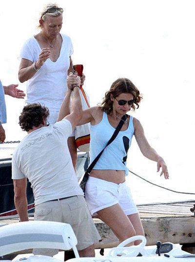 Мартина и Юлия катаются вместе на яхте, гуляют по магазинам и загорают на пляже