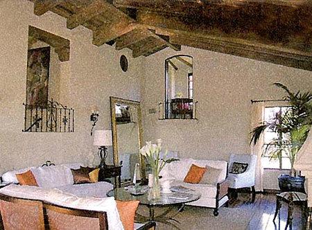 Гостиная с особенно высоким потолком