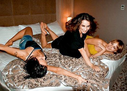 Во время отдыха в Дубае девушки даже спали в одной постели