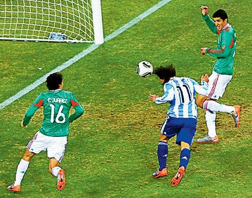Карлос ТЕВЕС (№11) в момент передачи стоял один перед пустыми воротами. Защитники мексиканцев появились чуть позже
