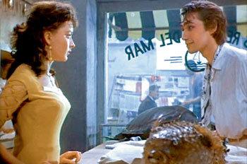 Очаровательная Гуттиэре (Анастасия ВЕРТИНСКАЯ)не подозревает, кто её настоящий спаситель (Владимир КОРЕНЕВ). Кадр из фильма «Человек-амфибия»