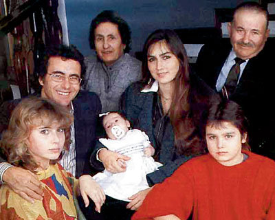 Фото из семейного архива: Аль Бано с первой супругой Роминой, новорожденной дочерью Кристель, сыном Яри (справа), дочерью Иленией (слева) и родителями - Иолантой и Кармело