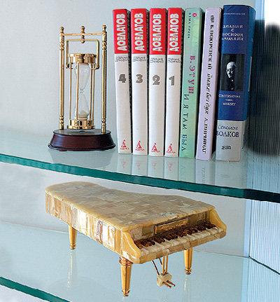 Янтарный рояль подарил композитору миллионер Хаим КОГАН. Раймонд скромно говорит, что «немного знает русский язык». Что все же позволяет читать ему книги Сергея ДОВЛАТОВА