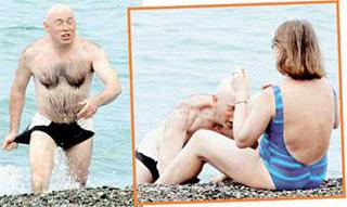 Свой холостяцкий статус Сухоруков использует по полной -  как-то мы сняли актёра на пляже с симпатичной незнакомкой
