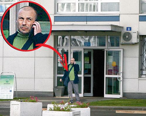 Александр Вячеславович у парадной своего дома