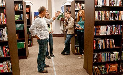Писатель-сатирик рекомендует посетителям единственной в Латвии библиотеки с русскими книгами побольше читать и думать