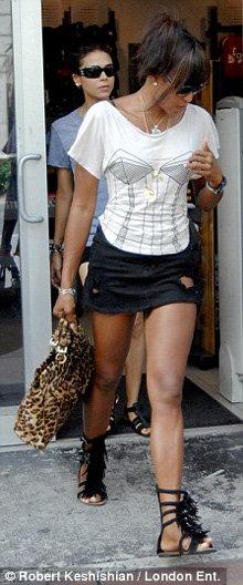 Рваную юбку супермодель дополнила топом с рисунком в виде бюстье
