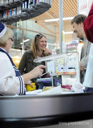 Купив в супермаркете бутылку белого вина, Мария МАШКОВА и её супруг...
