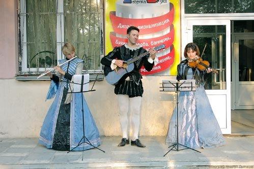 Музыканты весь вечер играли мелодии средневековья, которыми заслушивались прохожие