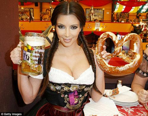 Пиво, крендель и грудастая красотка - что еще нужно истинному мюнхенцу для счастья? Фото: Daily Mail