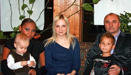 Инна БЕЛОВА с сыном Михаила ЕВДОКИМОВА Даниилом (слева).  Фото evdokimov.ru