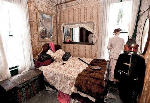 На этой узенькой кроватке получили удовольствие тысячи золотоискателей