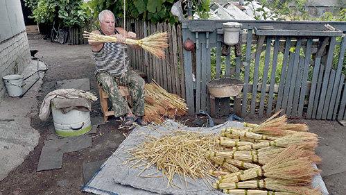 67-летний Алексей ЕВТЕЕВ с восьми лет ездит на Дон за лозой для обвязки «пальцев» и ручки веника. За день мастер вяжет до 100 штук и продает по 20 рублей