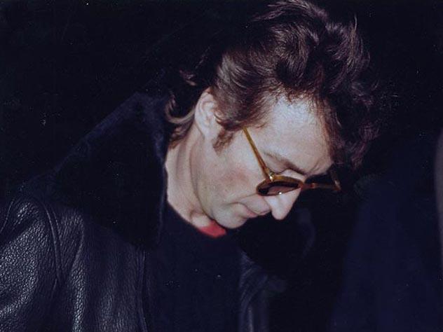 Джон дает своему будущему убийце автограф. wikimedia.org