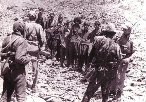 Советские войска после захвата некоторых моджахедов. wikipedia