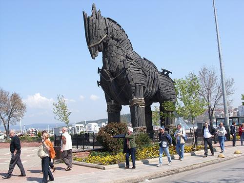 Так выглядит троянский конь, выстроенный специально для съемок фильма «Троя. Фото: MarkusMark / wikimedia