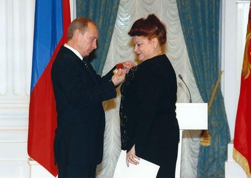 Президент РФ Владимир Путин вручает Людмиле Рюминой орден «За заслуги перед Отечеством» IV степени. wikipedia
