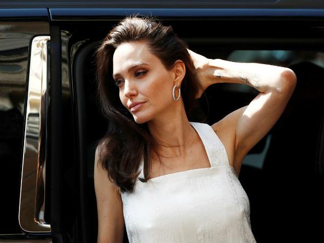 Папарацци засекли Анджелину Джоли скаким-то кренделем