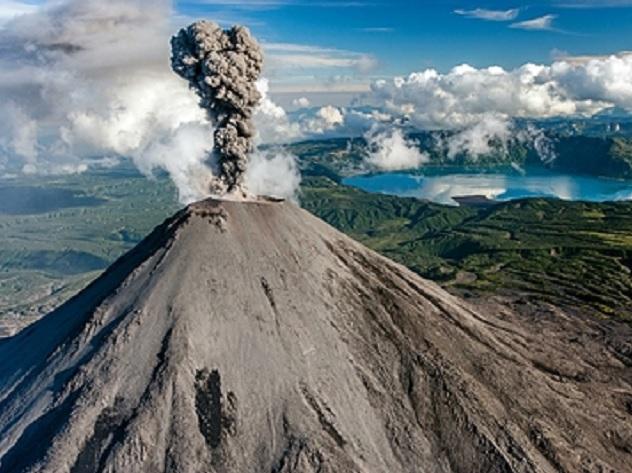 Камчатский вулкан Шивелуч выбросил столб пепла практически на8км