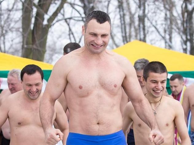 Кличко и руководителя районов украинской столицы окунулись впрорубь
