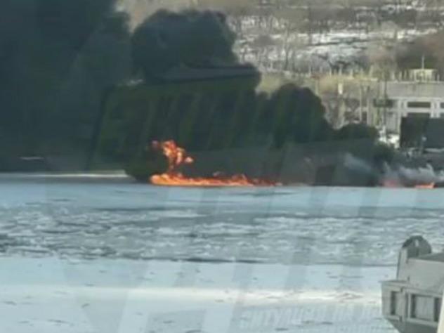Навидео попал пожар наподводной лодке воВладивостоке