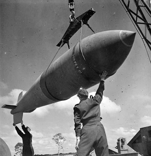 «Верзила» загружается в бомбардировщик. wikimedia
