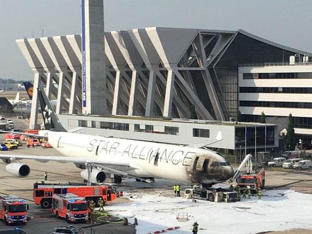Шесть человек пострадали от дыма загоревшегося тягача в аэропорту Франкфурта-на-Майне
