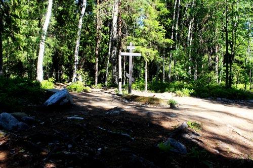 Крест на Секирной горе на месте массового захоронения заключенных. Источник: wikimedia.org