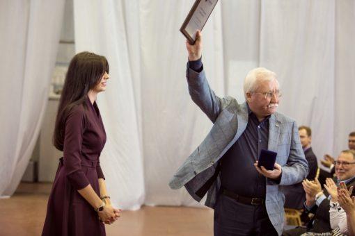 Вручение Игорю Ашурбейли памятной таблички в честь 30-летнего юбилея «Социума»