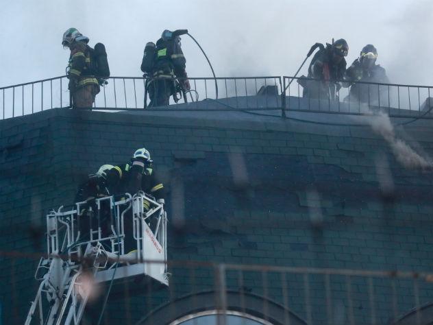 Пожарные не могут справиться с огнем в течение пяти часов