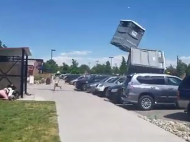 Туалетные кабинки ударились о стоящие рядом автомобили и взмыли в воздух