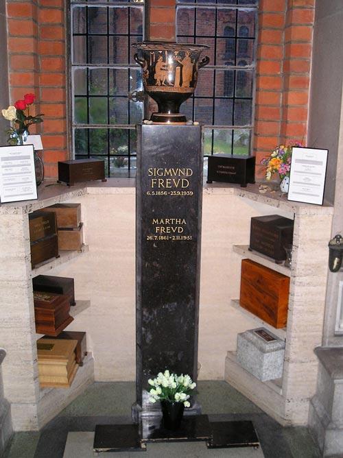 Даже прах Фрейда покоится в этрусской вазе, подаренной ему Мари Бонапарт. Фото: wikipedia.org