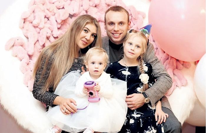 Пока дочки Александра (слева) и Валерия остались с мамой, но Глушаков уверен, что всё изменится