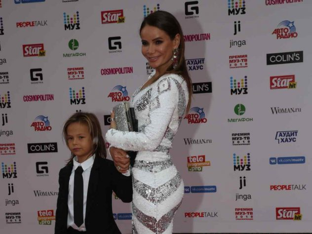 Айза Анохина с сыном Сами
