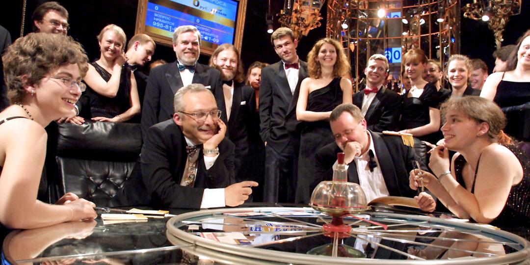 Любые трудности за игровым столом Александр Друзь (в центре) встречал с улыбкой. Знал бы он, что ему предстоит...