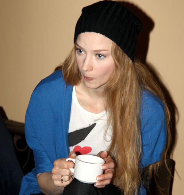 Актриса Cветлана Ходченкова согревается чаем с медом