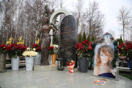 Мишура, гирлянды, открытки: могила Жанны Фриске похожа на витрину магазина