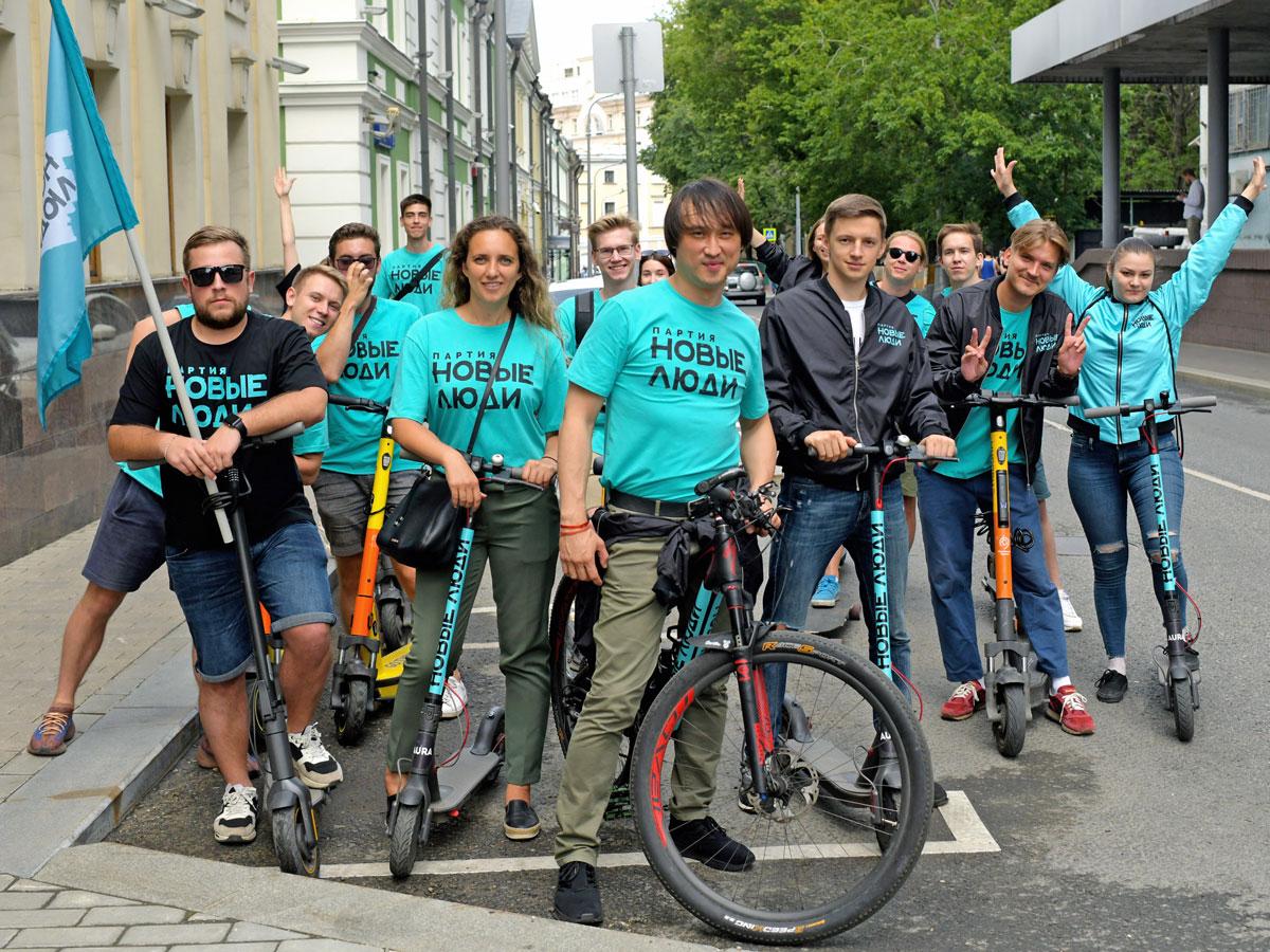 Московские кандидаты партии «Новые люди» отправились в Госдуму на велосипедах и самокатах